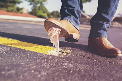 marcher-sur-du-chewing-gum-chaussure-images-photos-gratuites-1560x1040